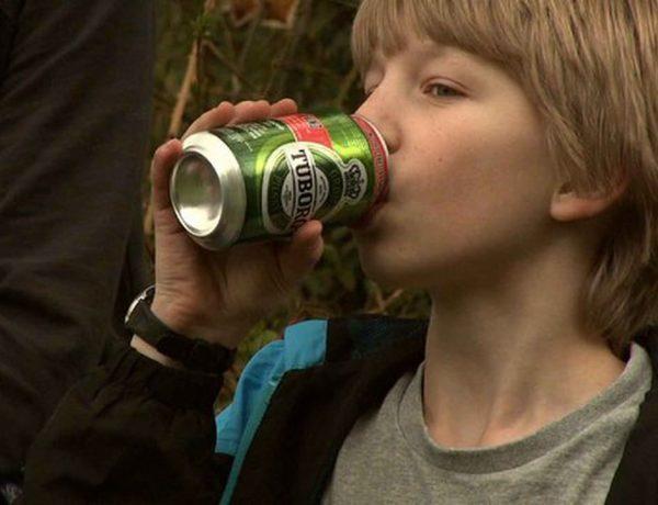 Ti prosent av tolv år gamle gutter oppgir å ha drukket alkohol den siste måneden. Bilde: Krithfilm ApS