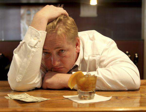 Stadig flere blir innlagt på sykehus for skrumplever, flesteparten av dem menn. Forskning viser at dette har sammenheng med økt alkoholforbruk.